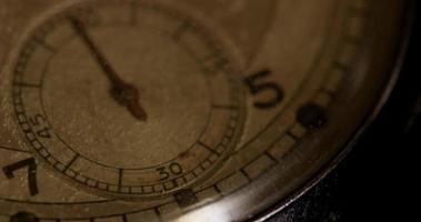 Primer plano extremo de la manecilla del reloj de segundos que se mueve cincuenta y cinco segundos, comenzando en el segundo 55 en un lapso de tiempo de 4k video