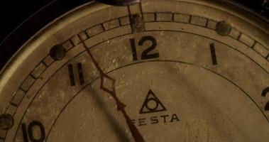 close-up extremo do ponteiro dos minutos movendo-se vinte minutos, começando no minuto 55 em um lapso de tempo 4k video
