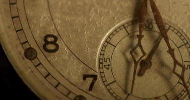 primer plano extremo de las manecillas del reloj que se mueven de 6:25 a 7:00 en un lapso de tiempo de 4k video