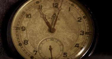 primer plano extremo de las manecillas del reloj que se mueven de 10:51 a 11:53 en un lapso de tiempo de 4 k video