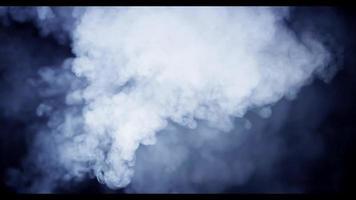explosão de várias nuvens pesadas movendo-se rapidamente e desenhando redemoinhos na escuridão em 4k video