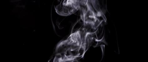 fumaça densa branca preenchendo a cena com formas irregulares em fundo escuro em 4k video