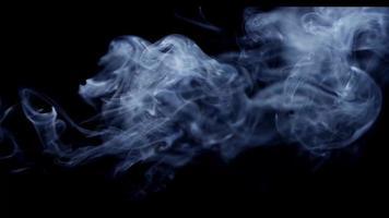 grande efeito de plasma criado por redemoinhos de fumaça branca com fundo preto em 4k video