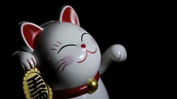 Maneki Neko close-up em fundo escuro video