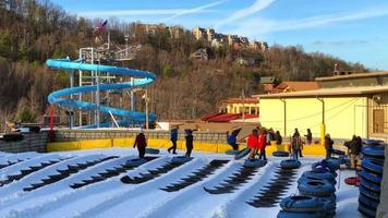 gente corriendo en tubos de nieve 4k video