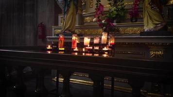 velas y esculturas en la catedral metropolitana