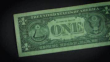 detalhes da nota de um dólar em fundo escuro