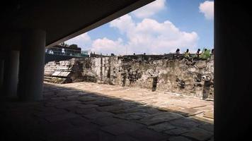 visitantes caminhando no museu do templo mayor video