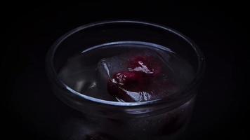 colocando frambuesas congeladas en hielo