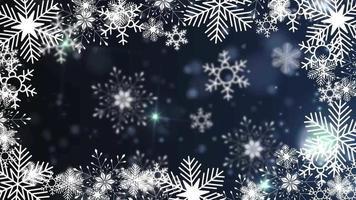schöne Schneeflocken, die auf einem blauen Hintergrundlinsenfackelbokeh rotieren
