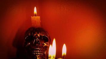 calavera con velas en un ambiente cálido