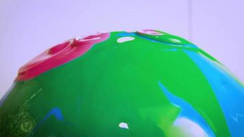 tinta rosa e verde na esfera de vidro