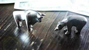 Toro y oso mercado concepto dólar cerca animación