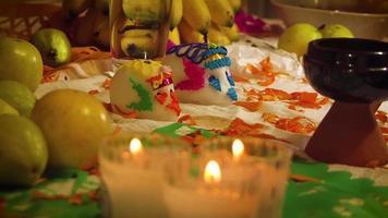 crânes de sucre et bougies en offrande mexicaine
