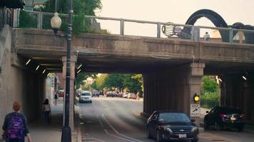 pessoas e ciclistas na calçada e via elevada em chicago