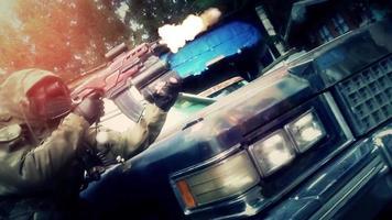 gewapende soldaat die uit een oude roestige auto stapt en met een machinegeweer schiet