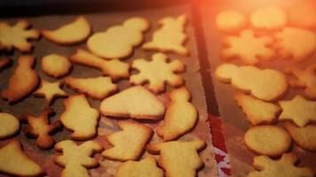 hornear galletas navideñas para una celebración festiva de invierno