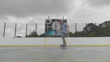 Joven girando sobre dos ruedas en una pista de patinaje