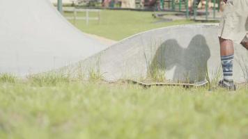 foto média de um homem pegando seu skate video