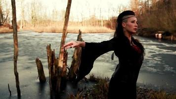 Belle femme viking debout sur la mer gelée avec les bras écartés video