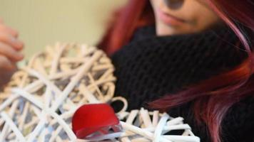 regalo de San Valentín. niña joven, tenencia, blanco, corazón de madera, con, pétalos de rosa video