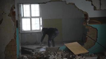 Hombre deprimido y enojado lanza a Brett por la habitación en una casa abandonada