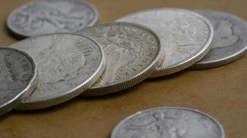 Imágenes de archivo giratorias tomadas de monedas americanas antiguas - dinero 0116 video