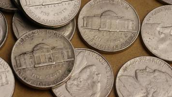 rotierende Stock Footage Aufnahme von amerikanischen Nickeln (Münze - $ 0,05) - Geld 0199