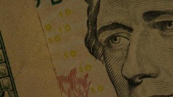 rotierende Stock Footage Aufnahme der amerikanischen Papierwährung auf einem amerikanischen Adlerschild Hintergrund - Geld 0430 video
