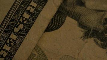 Imágenes de archivo giratorias tomadas de papel moneda estadounidense sobre un fondo de escudo de águila americana - dinero 0414 video