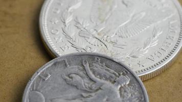Imágenes de archivo giratorias tomadas de monedas americanas antiguas - dinero 0074 video
