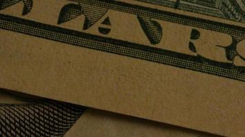 rotierende Stock Footage Aufnahme der amerikanischen Papierwährung auf einem amerikanischen Adlerschild Hintergrund - Geld 0435 video