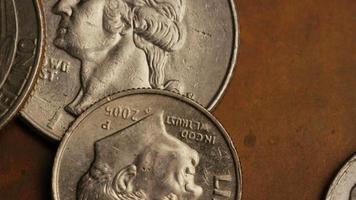 rotierende Stock Footage Aufnahme von amerikanischen Geldmünzen - Geld 0250 video