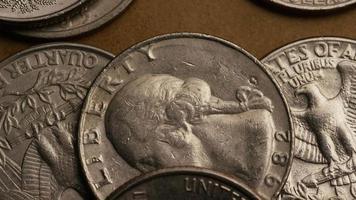 rotierende Stock Footage-Aufnahme von amerikanischen Vierteln (Münze - 0,25 $) - Geld 0241