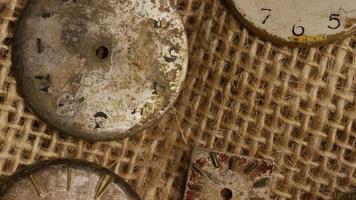 Imágenes de archivo giratorias tomadas de caras de relojes antiguas y desgastadas - caras de relojes 016