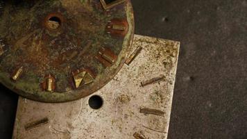 Imágenes de archivo giratorias tomadas de caras de relojes antiguas y desgastadas - caras de relojes 005