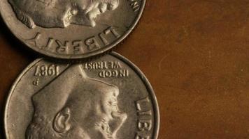 rotierende Stock Footage Aufnahme von amerikanischen Geldmünzen - Geld 0311 video