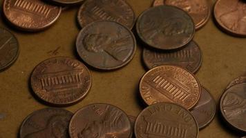 rotierende Stock Footage Aufnahme von amerikanischen Pennies (Münze - 0,01 $) - Geld 0170