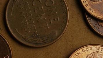 rotierende Stock Footage Aufnahme von amerikanischen Pennys (Münze - 0,01 $) - Geld 0162