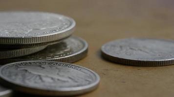 rotierende Stock Footage Aufnahme von antiken amerikanischen Münzen - Geld 0111 video