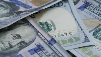Imágenes de archivo giratorias tomadas de billetes de $ 100 - dinero 0131 video