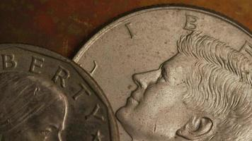 Imágenes de archivo giratorias tomadas de monedas monetarias estadounidenses - dinero 0344 video