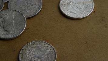 rotierende Stock Footage Aufnahme von antiken amerikanischen Münzen - Geld 0059 video