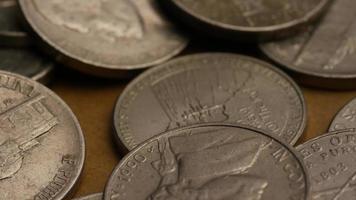 rotierende Stock Footage Aufnahme von amerikanischen Nickeln (Münze - $ 0,05) - Geld 0191