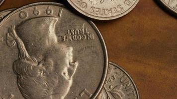 Imágenes de archivo giratorias tomadas de monedas monetarias estadounidenses - dinero 0253 video