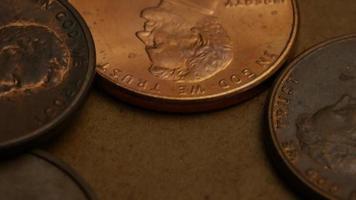 rotierende Stock Footage Aufnahme von amerikanischen Pennys (Münze - $ 0,01) - Geld 0179