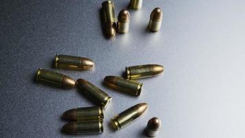 tiro giratório cinematográfico de balas em uma superfície metálica - balas 046