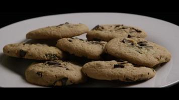 colpo cinematografico e rotante di biscotti su un piatto - biscotti 003