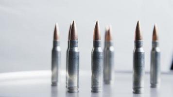 Disparo giratorio cinematográfico de balas sobre una superficie metálica - balas 022