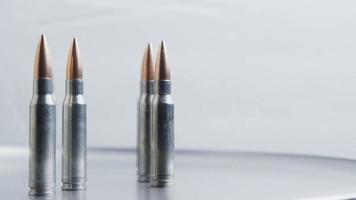Disparo giratorio cinematográfico de balas sobre una superficie metálica - balas 025